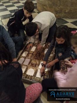 Jugando con el puzle-retablo.